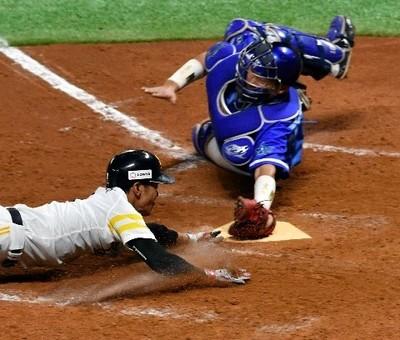 7回2死満塁、中村晃の右前適時打で本塁に突入する二走・今宮.jpg