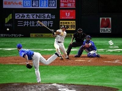 7回2死満塁、逆転の右前2点打を放つ中村晃.jpg
