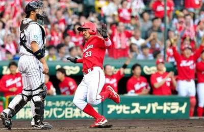 8回、バティスタの決勝打で生還する菊池.jpg