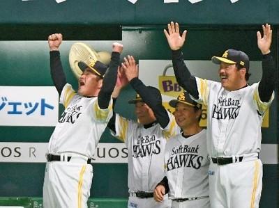 8回2死一塁、中村晃の勝ち越し2ランに工藤監督は万歳.jpg