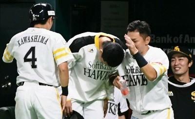 9回2死二塁、上林の同点打で生還した代走・川島(4)らに最敬礼の千賀.jpg