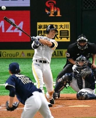 9回2死二塁、同点の右前打を放つ上林.jpg